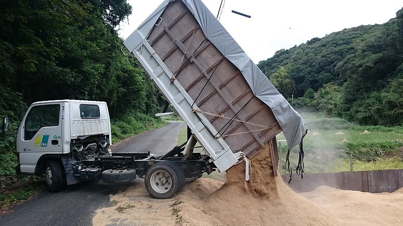 2トントラックでもみ殻運びます