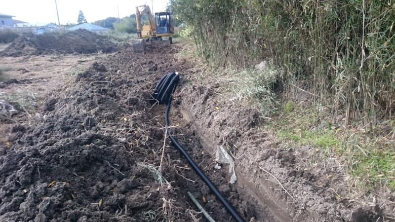 竹の根を掘り、暗渠設置