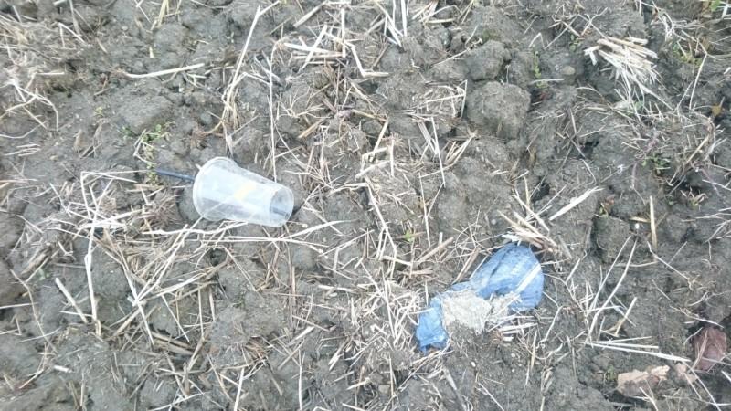 ゴミが田んぼの中や土手に